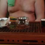 Чайный мастер медитирует над чаем
