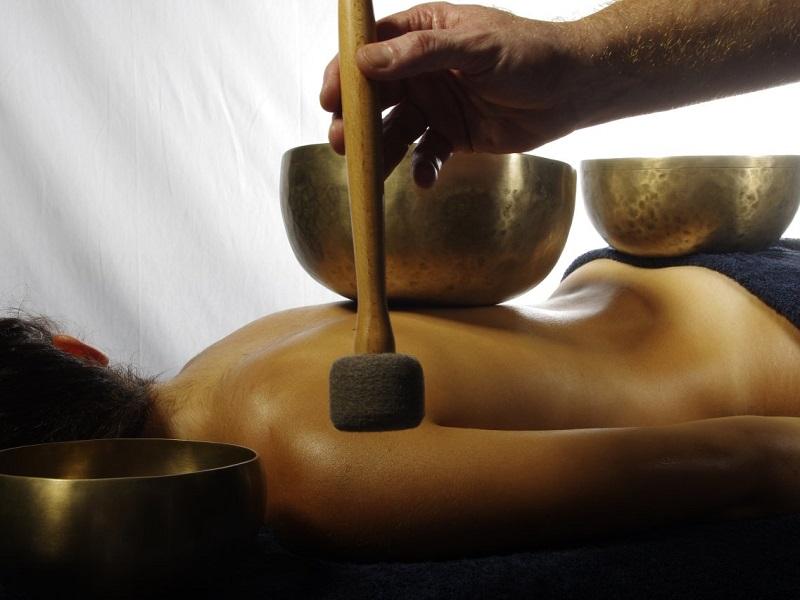 Massazh-tibetskimi-pojushhimi-chashami
